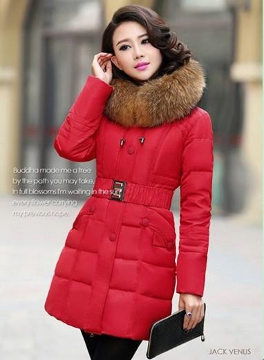 红色羽绒服服装搭配