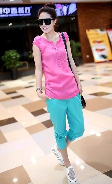 上图色彩服装搭配就:粉红色的休闲上衣+天蓝色的裤子
